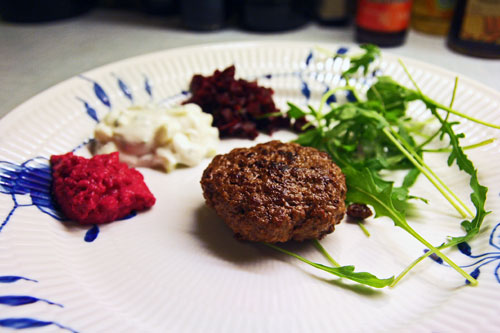 Krydderbøf med Agurkeraita, Rødbederelish, Butterbean Postej og Cherrytomater