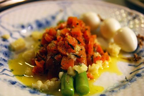 Asparges med Jambon Iberico, Smeltet Vesterhavsost, Krydrede Gulerødder og Trøffel – Nytårsmenu – Forret