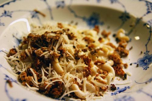 Mini Pasta kogt i mælk og fløde med hvidløg, parmesan, rugbrød og trøffel