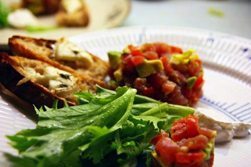 Tun Tartar med Avocado, San Marzano Tomat, Citrus, Purløg, Peberrodscreme og Bruschetta med Gedeost – Nytårsmenu – Forret