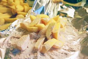 Kartofler i mel, paprika og salt