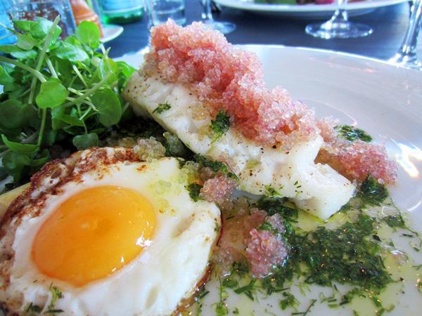 Bagt torsk, stenbidderrogn, spejlæg, vinaigrette og grønne asparges