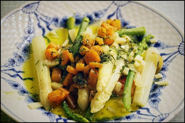 Asparges med paramskinke, smør, gulerødder og dild